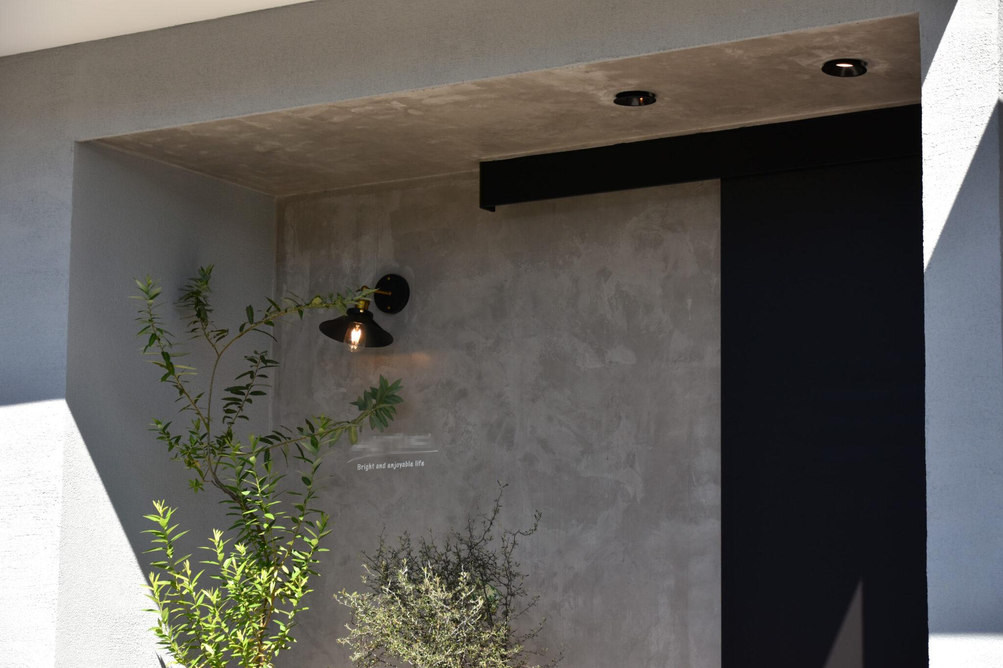 <NEW>グレーの塗り壁とモルタルでクールな外観